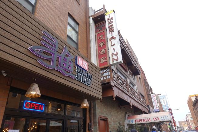 瓊華酒家的傳統牌樓,與相鄰的新興餐館形成時代的鮮明對比。(記者謝哲澍╱攝影)