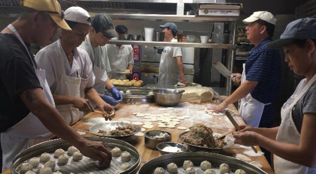 一些實力堅強的大型華資餐館頂住工資上漲壓力,依然採用傳統的手工製作。(記者楊青/攝影)