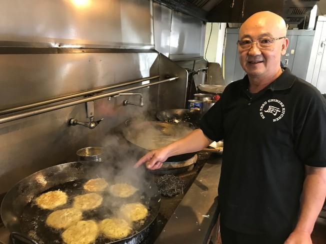 馬振偉說,「芙蓉蛋」是不少老外顧客心目中的最道地的中餐。(特派員黃惠玲╱攝影)