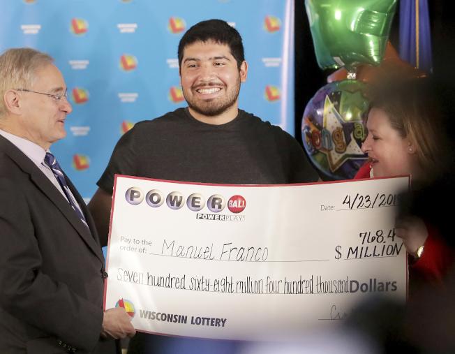 今年3月份7.684億勁球大獎得主弗蘭可出面領獎,他選擇一次領取,稅前所得獎金為4.77億元。(美聯社)