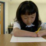 天生沒手掌 10歲華裔領養女童全美書寫賽奪冠