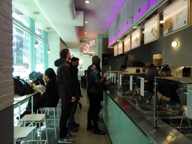 君子食堂採取流水線點餐方式。(韓傑/攝影)
