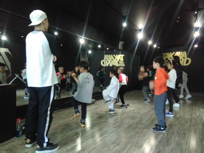 華裔孩子在寶田娛樂學習跳街舞。(韓傑/攝影)