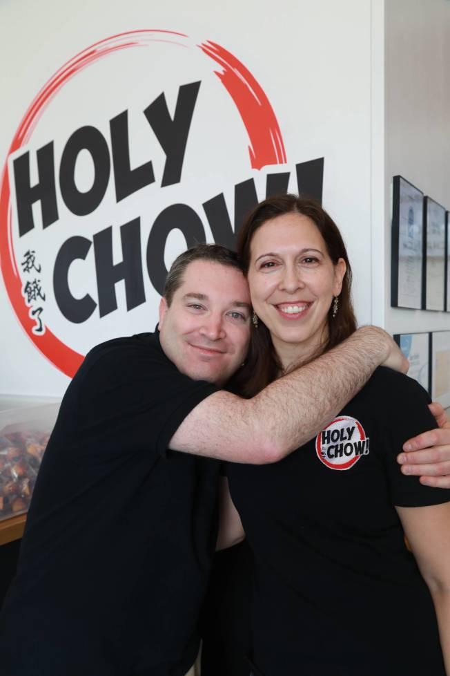 阿米‧施萊伯夫婦,開了間遵守猶太教義的「可食」(kosher)中餐外賣,取名「Holy Chow!」。(記者羅曉媛╱攝影)