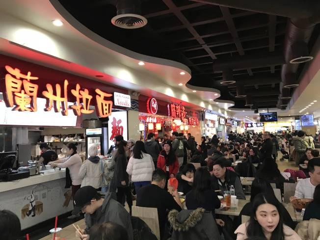 中國各地菜系,以「眾口不再難調」的美食城形式集中呈現。(記者劉大琪╱攝影)