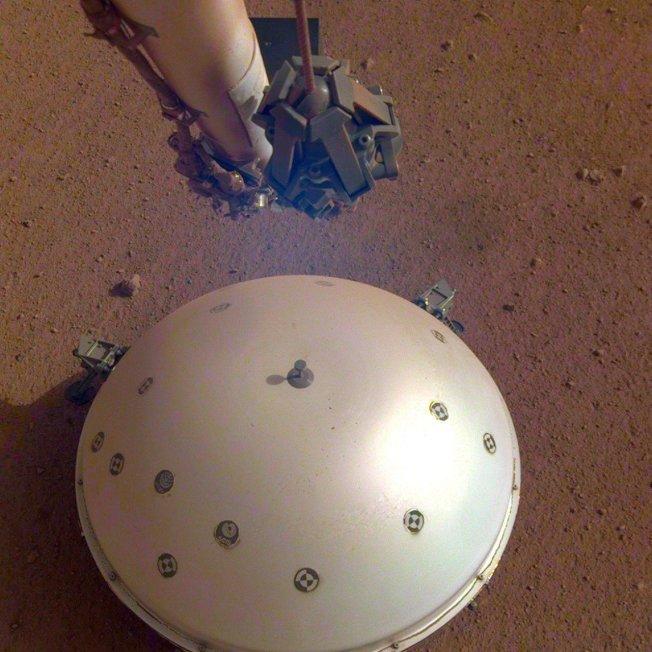 洞察號歷經第110個火星日時的影像,半圓形的風熱防護罩裡裝有地震儀,科學家用它首次測得類似地球板塊運動的火星震動。美聯社