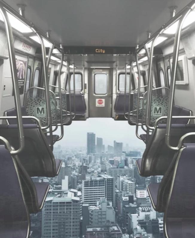通過Photoshop把地鐵站的照片和此前到各地旅遊拍的風景照進行二次創作,弗里德爾作品中在日本大阪上空飛馳的列車。(弗里德爾網站)