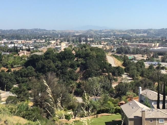 華人聚居的聖蓋博谷地區是洛杉磯地區污染最嚴重的地區之一。尤其在下午和傍晚交通高峰期,海風將污染物吹向山邊,形成霧霾。(記者楊青/攝影)