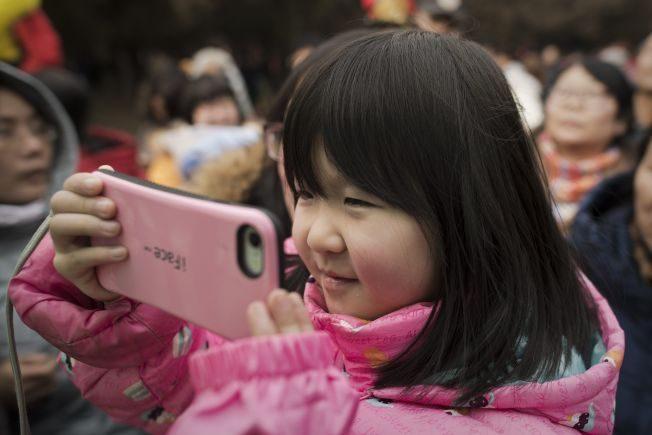 世衛首示警:2歲以下勿看電子螢幕  2~5歲每天限1小時