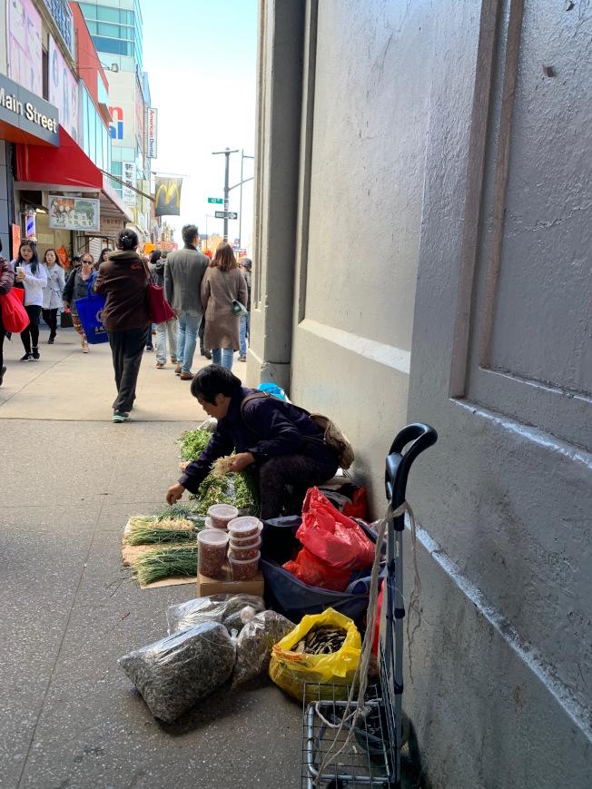 長島鐵路緬街站口處,有不少攤商占用人行道,影響行人通行。(記者賴蕙榆/攝影)