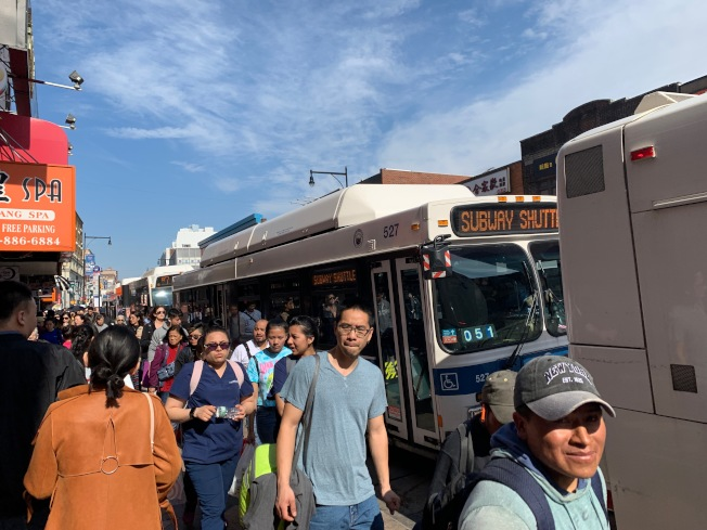 法拉盛市中心為交通樞紐,攤販禁令上路可提高社區空氣品質、舒解交通。(記者賴蕙榆/攝影)
