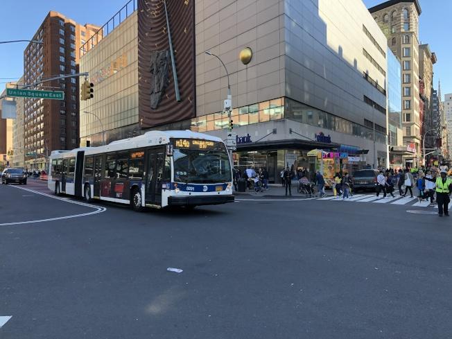 市交通局宣布,6月起在曼哈頓第三大道至第九大道間的14街路段,採「公車與卡車優先」制,私家車輛僅允許在該路段上、下車。(記者顏嘉瑩/攝影)