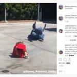 迪士尼人偶 見孩子跌倒 沒扶她卻有窩心舉動