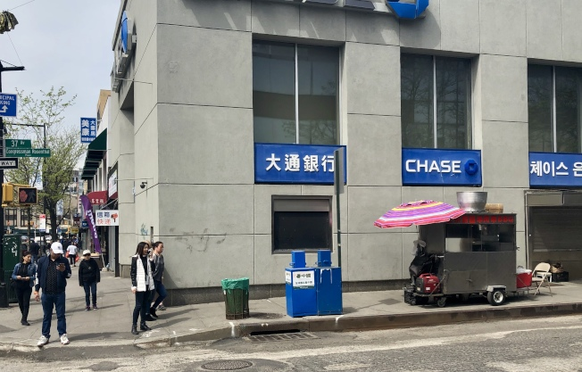 曾在39大道上買烤串的華人攤主,25日把攤位搬到禁止區外。(記者朱蕾/攝影)