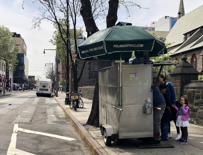 禁止區39大道上25日仍有非華裔小販的餐車。(記者朱蕾/攝影)