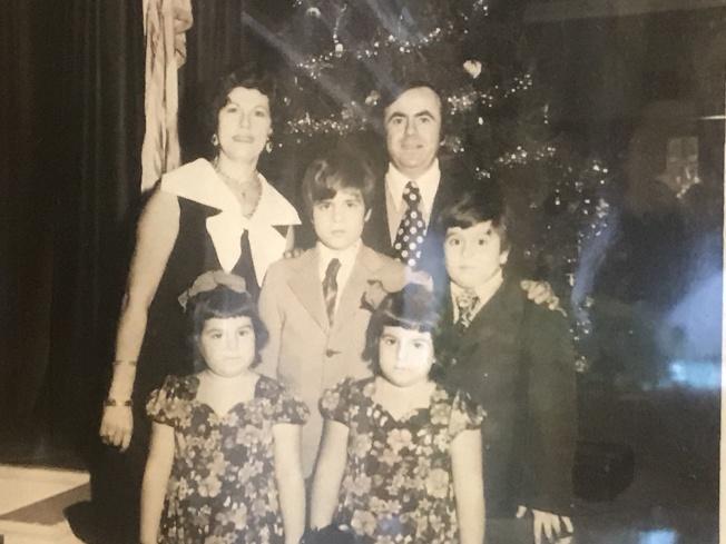 托妮(前排左一起)和帕特里夏與父母、哥哥在餐廳合照。(記者牟蘭/翻攝)