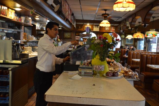 雖然工作的餐廳將在5月1日熄燈,但莫拉萊斯25日如同往常一樣服務客人點餐。(記者牟蘭/攝影)