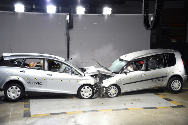 新研究指出,當汽車正面碰撞時,坐在後座者可能比前座的人,有更高的死亡或重傷風險。(Getty Images)