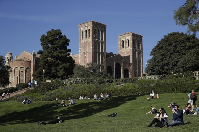 洛杉磯加州大學和洛杉磯州立大學超過300名師生和教職員因麻疹至少被隔離一天。圖為洛杉磯加大學生25日在校園享受陽光。(美聯社)