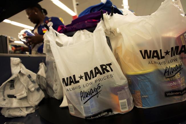 亞馬遜宣布將為所有Prime會員提供標準化的一日送貨服務。沃爾瑪聞訊股價大跌。(Getty Images)