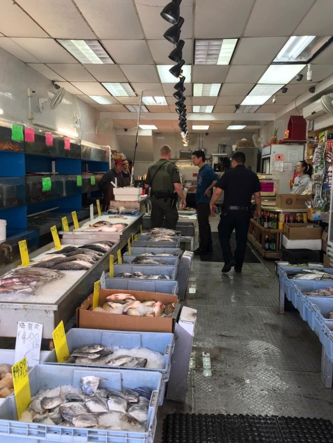州環保廳執法人員突檢布碌崙8大道海鮮店,市警72分局警員協助。(72分局提供)
