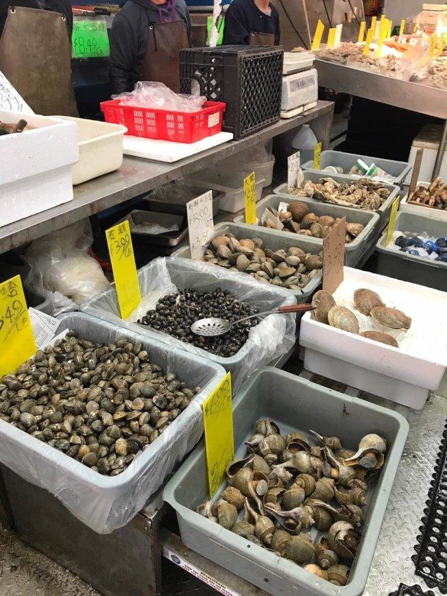 布碌崙8大道海鮮店售賣的海產品,被州環保廳執法人員突擊檢查。(72分局提供)