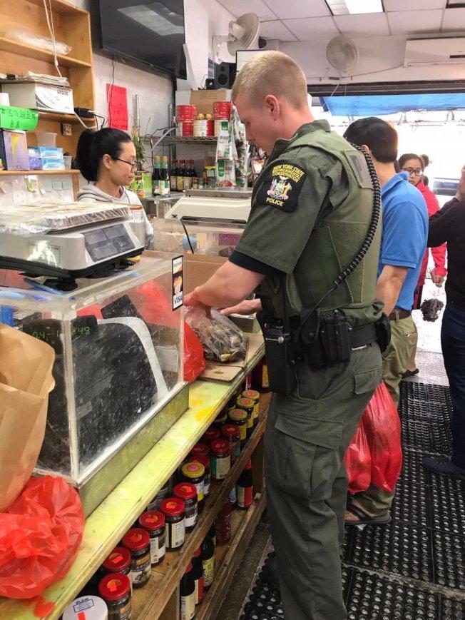 72分局協助州環保廳執法人員,在布碌崙8大道海鮮店進行檢查。(72分局提供)