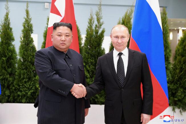 俄羅斯總統普亭(右)在海參崴會見到訪的北韓領導人金正恩。(路透)