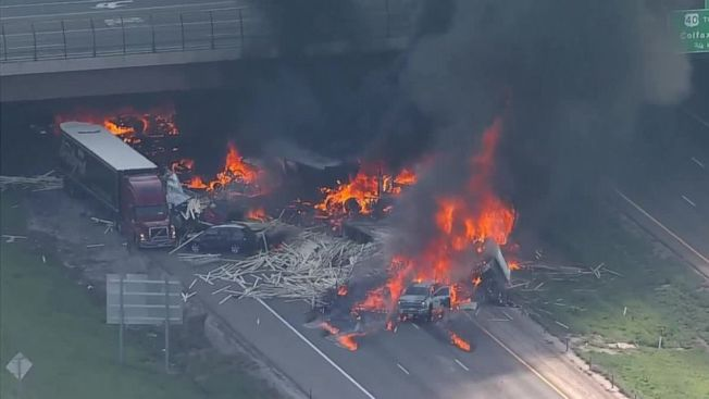 圖為車禍現場的熊熊烈火融化了路面,燒掉被撞車的金屬。(ABC新聞電視台截圖)