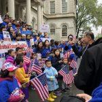 反對大學點建遊民所 500華人風雨中市府前抗議
