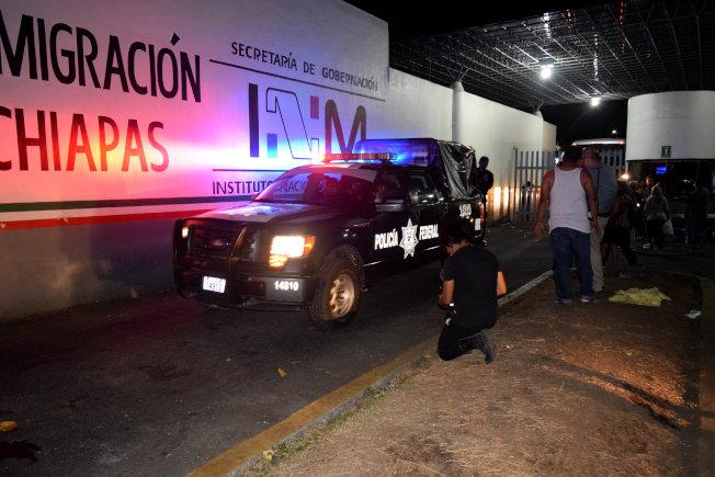 墨西哥塔帕丘拉移民收容中心人滿為患,約1300中美洲無證移民大規模逃出收容中心,圖為墨西哥警察前往馳援。(路透)