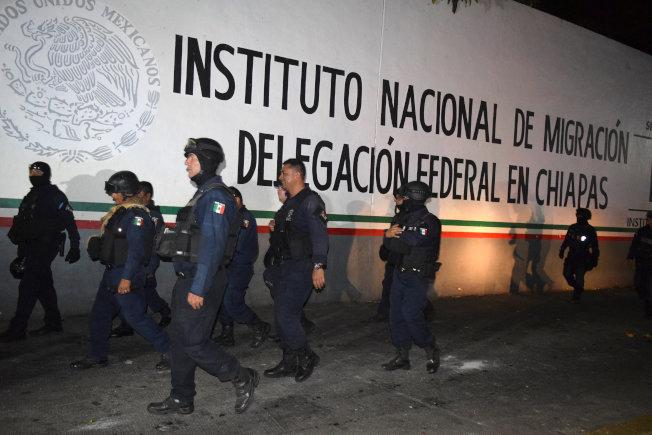墨西哥塔帕丘拉移民收容中心人滿為患,約1300中美洲無證移民乘機逃出收容中心,圖為墨西哥警察前往馳援。(路透)