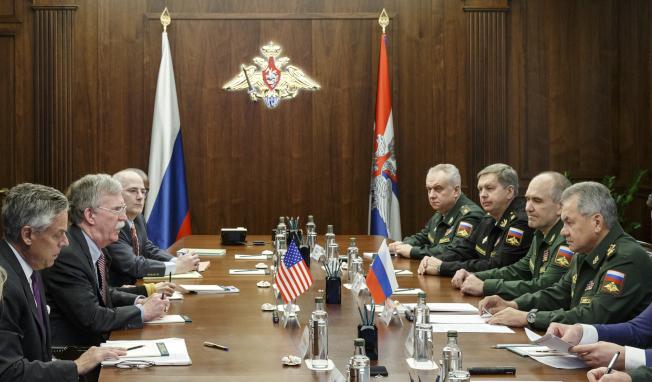 美國國家安全顧問波頓(左二)去年10月訪問俄羅斯,與俄國防部長紹伊古(右)會談。(美聯社)