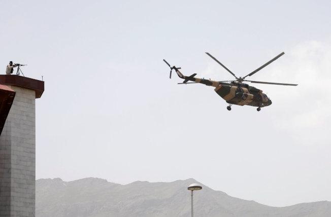 美俄中三國達成協議,美國軍隊將退出阿富汗。圖為阿富汗總統搭乘軍用直升機。(路透)