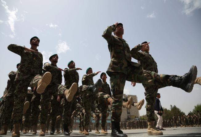 美俄中三國達成協議,美國軍隊將退出阿富汗。圖為阿富汗陸軍新兵訓練結業,在首都喀布爾接受檢閱。(新華社)
