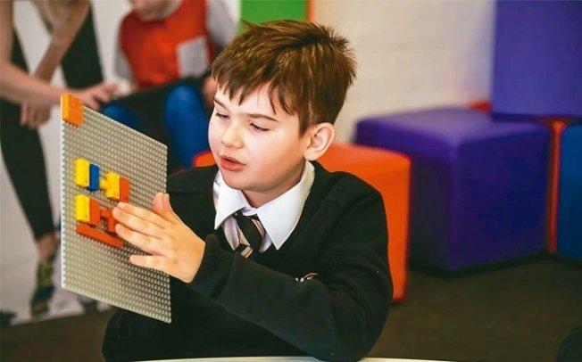 樂高明年將推首款針對視障兒童設計的盲文積木。 圖/取自樂高官網