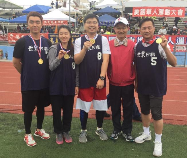 世界日報代表隊贏得貴賓組200米接力賽冠軍。(讀者提供)