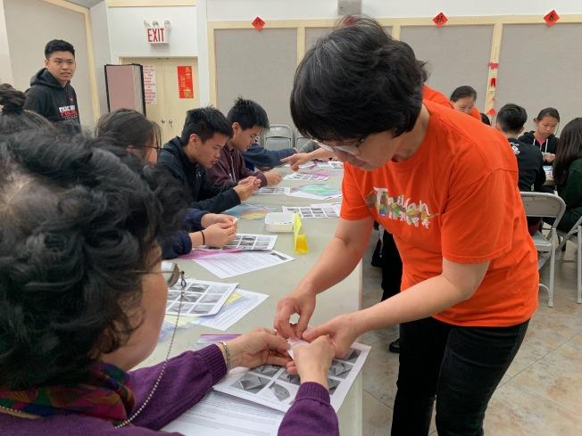 海外民俗文化種子教師27日帶來手工藝製作、舞蹈及扯鈴教學活動。(記者賴蕙榆/攝影)