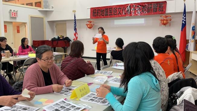 海外民俗文化种子教师27日到法拉盛传授学员制作油桐花造型摺纸艺术。(记者赖蕙榆/摄影)