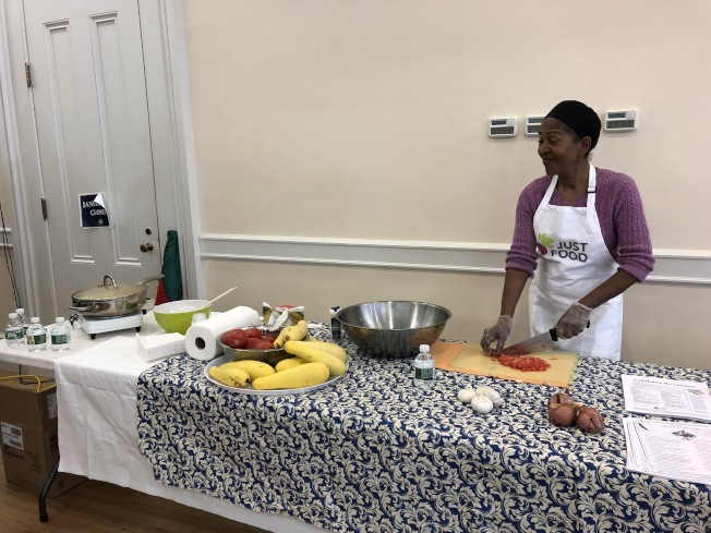 營養專家在現場進行烹飪演示。(記者顏潔恩/攝影)