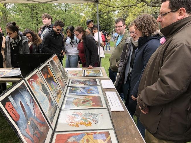 漫展里的漫画作品吸引不少民众前来围观。(记者颜洁恩/摄影)