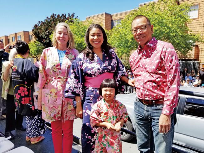 參加櫻花節。(照片由市長辦公室提供)