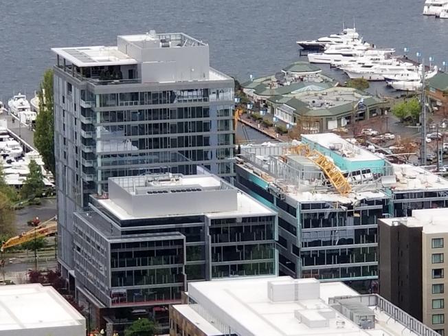 西雅圖市一棟正在施工大樓屋頂的起重機,疑因遭強風吹翻,造成至少四死三傷的慘劇。(美聯社)