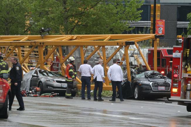 西雅圖發生起重機墜落砸死駕駛人後,調查人員勘查現場。(美聯社)