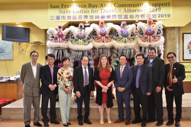 加州眾議員邱信福(右四)和包括林志斯(右三)在內的眾多社區領袖支持樂素詩(中)競選舊金山地方檢察長。(記者黃少華/攝影)