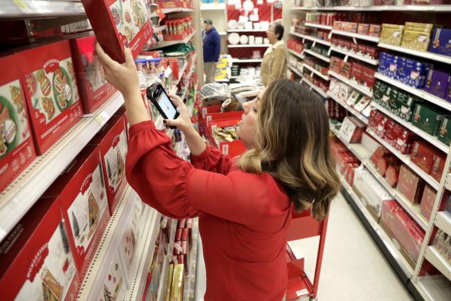 美國兩性工作不同酬現象存在已久,要求提高最低工資的呼聲也一直不斷。圖為目標百貨員工正在掃描貨品價格。(美聯社)
