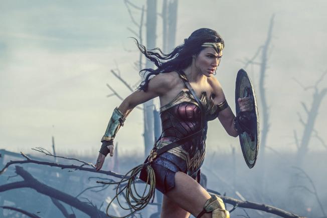 研究指出,女性領銜主演的電影,票房超越男性主導的電影。圖為電影「神力女超人」女主角蓋兒加朵在片中奔跑。(美聯社)