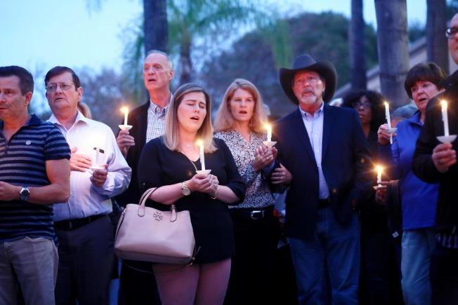 逾越節的最後一天,加州聖地牙哥波威市的這家猶太會堂27日上午發生仇恨犯罪,造成一死三傷。附近居民在會堂外燭光悼念。(美聯社)
