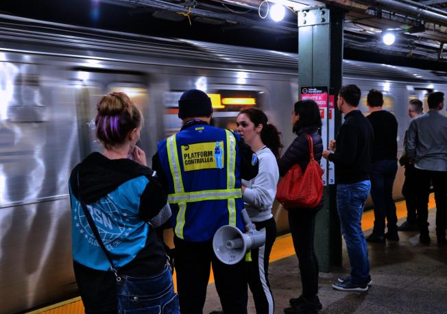 地鐵L線周末調整運營時間,MTA加派人手疏導乘客。(市捷運局提供)