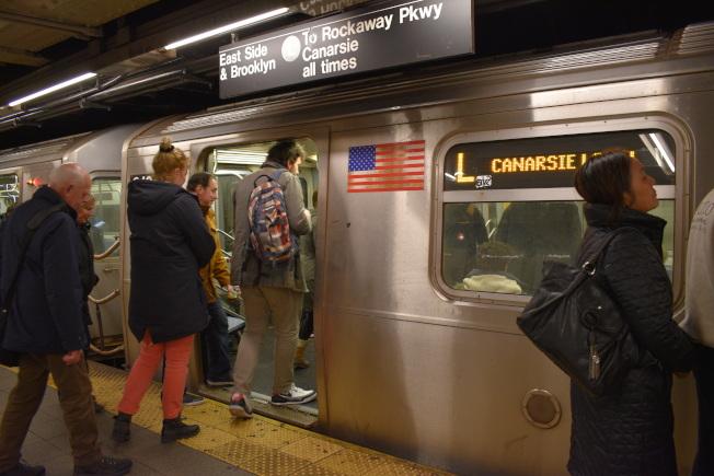 地鐵L線周末調整運營時間,在布碌崙Rockaway Pkwy站至曼哈頓第八大道站之間的列車每20分鐘運營一班。(本報檔案照)